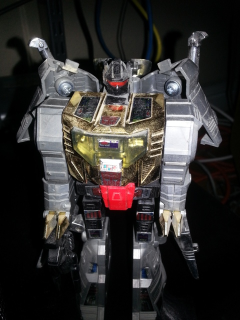 "Grimlock Transformers G1 Dinobots 1985 Hasbro Japanese ID number: 26 Foreign names Japanese- Grimlock (グリムロック Gurimurokku), French- La Menace (The Threat), Italian- Tiran, Korean- Grimlock (그림록 Geurimnok), Mandarin- Gāng Sǔo (鋼鎖, Steel Lock), Sz Sǔo (死鎖, Dead Lock), Portuguese- Trancoso, Grunhido (""Grunt""), Implacável (Cutthroat), Spanish Ferozaurio"