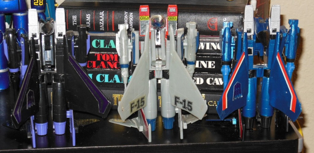 Thundercracker Starscream Skywarp Generation 1 G1 1984 Hasbro Takara Foreign names Thundercracker(サンダークラッカー Sandākurakkā), Coup de Tonnerre, Vampiro, Lìeh Léi(裂雷), Léi-gōng(雷公), Jing Tian Léi(驚天雷), Grande Trovão, Arrasador, Jīngtīanléi (惊天雷) - Starscream(スタースクリーム Sutāsukrīmu), Seng Seng Giu(星星叫), Égo, Astrum, Tornado,Scintillor, Hǒu Hsīng(吼星), Hóng Zhīzhū(紅蜘蛛), Estrela-Estridente, Cometa, Grito de Estrella, Destello -Skywarp(スカイワープ Sukaiwāpu), Fraudeur, Corvo, Espião Celeste, Viajante, Tīen Wān(天彎), Nao Fan Tian(鬧翻天)